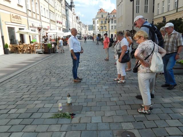 Pierwsze kwiaty i znicze w Opolskiej Alei Gwiazd przy tablicy pamiątkowej Kory.