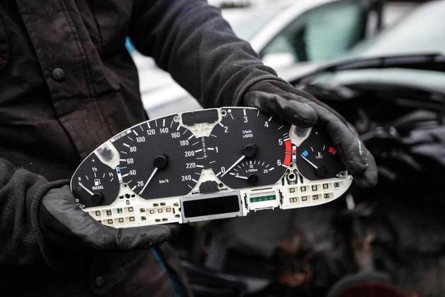 Funkcjonariusze Komendy Powiatowej Policji w Łowiczu ujawnili kolejne auto, które miało cofnięty licznik. Skoda octavia, której kierowca został skontrolowany przez policję w Krępie (gm. Domaniewice), miała na drogomierzu 140 tys. km mniej niż podczas ostatniego badania technicznego.CZYTAJ DALEJ NA NASTĘPNYM SLAJDZIE