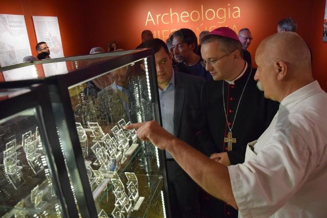 Monety znalezione w katedrze pokazywał bp. Tadeuszowi Lityńskiemu i prezydentowi Jackowi Wójcickiemu szef działu archeologii w muzeum Stanisław Sinkowski