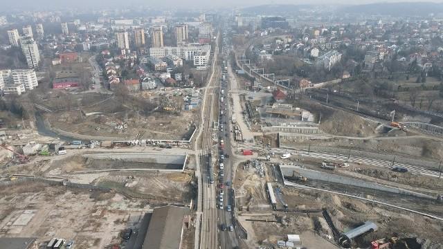 W ramach budowy Trasy Łagiewnickiej prowadzone są m.in. intensywne prace związane z tworzeniem nowego węzła drogowego i tramwajowego na ul. Zakopiańskiej.