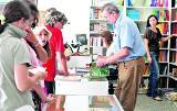 Ruch w antykwariatach. Uczniowie szukają podręczników.