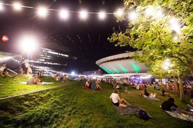 Najsłynniejszy Spodek w Polsce stoi w Katowicach, w centrum miasta. Odbywają się w nim koncerty, mecze, imprezy biznesowe, a latem wokół jest plenerowa restauracja
