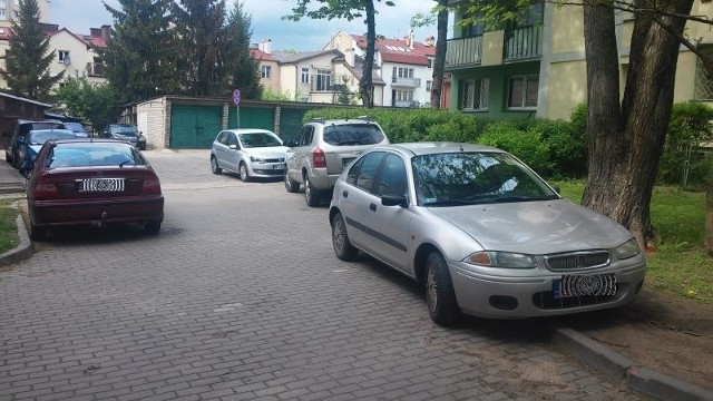 Nagminne uniemożliwianie wjazdu na parking przy ul. Czackiego i Krasińskiego w Białymstoku. Czytelniczka: Uczniowie i nauczyciele zastawiają nasz parking i uniemożliwiają przejazd
