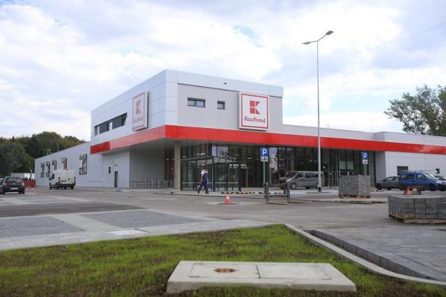 Kaufland i Lidl Polska przygotowały dla swoich pracowników w tym roku tradycyjne bony świąteczne zasilone dodatkową kwotą. Jest to forma podziękowania za wytężoną pracę w wyjątkowo trudnym czasie. Również sieć Netto dla pracowników przeznacza specjalny dodatek do wynagrodzenia.Czytaj więcej na następnej stronie