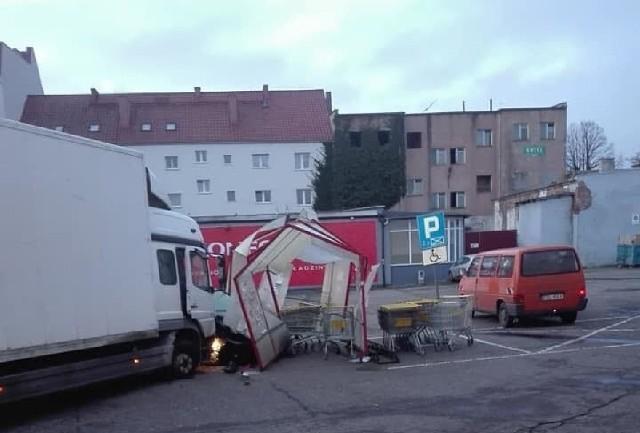 Kierowca nie zatrzymał się kontroli i uciekał ul. 1 Maja, następnie skręcił na parking koło Biedronki. Podczas pościgu kierowca uszkodził dwa pojazdy i rozwalił wiatę z koszykami.