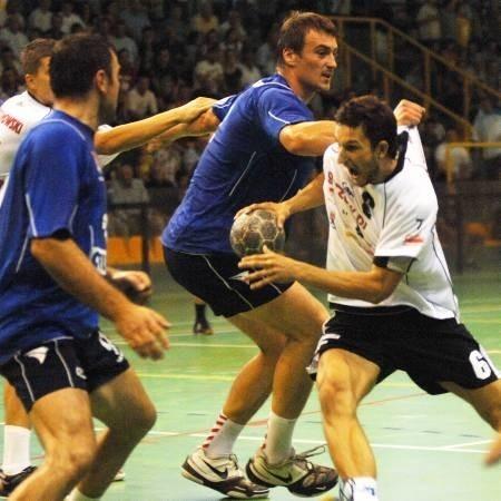 """Często tylko w taki sposób """"Nafciarze"""" powstrzymywali Andrzeja Wasilka, ale gorzowski rozgrywający i tak zdobył cztery bramki."""