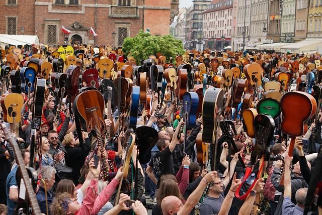 W ubiegłym roku na rynku we Wrocławiu odbył się Gitarowy Rekord Guinnessa. Tym razem musimy zadowolić się jego wersją online.