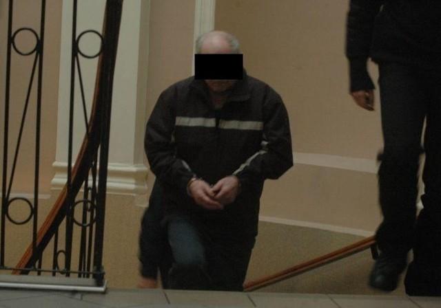 Bronisław K. w drodze na salę rozpraw w strzeleckim sądzie