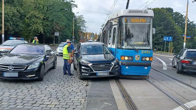 22 września 2021. Wypadek tramwaju i samochodu przy Hali Ludowej