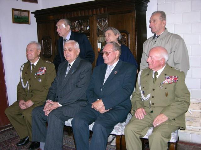 Jeszcze kilkanaście lat temu czterech mieszkańców Skierniewic posiadało ordery Virtuti Militari, nadane za męstwo i odwagę podczas II wojny światowej. Należeli do nich (siedzą od lewej): Władysław Jasiński, Tadeusz Zwierzchowski, Franciszek Opolski i Józef Trzak. Trzech pierwszych już nie żyje.