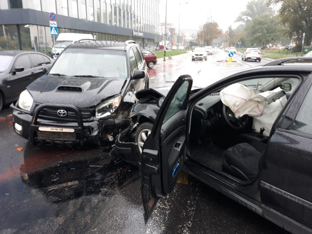 Wypadek na skrzyżowaniu ulicy Strzegomskiej i Śrubowej