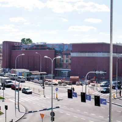 Od strony ul. Mickiewicza, gdzie powstał nowy budynek, galeria handlowa Alfa wygląda tak, jakby można było otwierać ją choćby za kilka dni. Natomiast od strony ul. Świętojańskiej, gdzie są stare budynki, nie jest aż tak różowo.