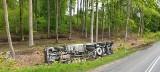 Samochód ciężarowy przewożący żwir przewrócił się na bok. Wypadek na 212 (ZDJĘCIA)