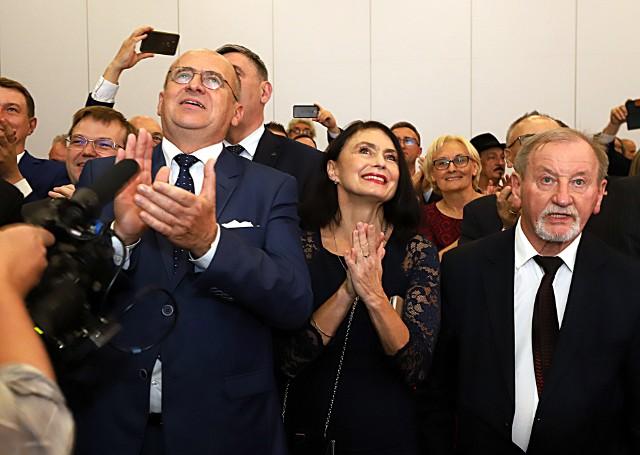 Wieczór wyborczy PiS. Z wyniku cieszy się m.in. wojewoda Zbigniew Rau (po lewej)