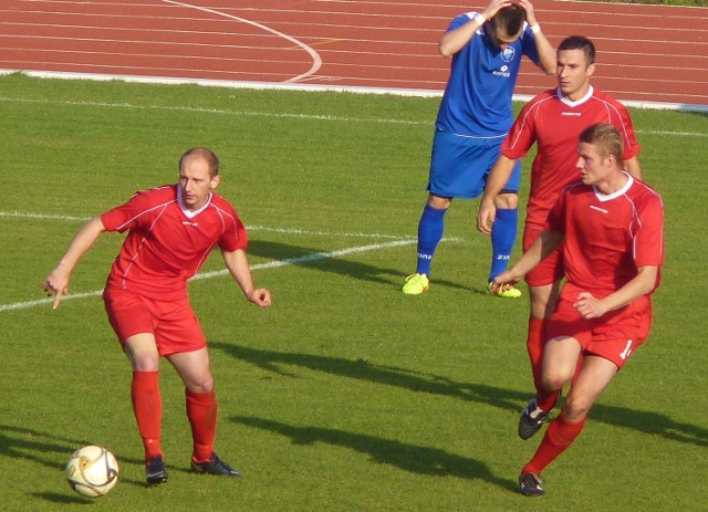 Piłkarze Rasela Dygowo (czerwone stroje) odnieśli długo oczekiwane zwycięstwo.