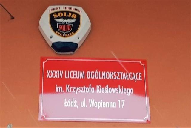 """Po decyzji komisji przy ministerstwie edukacji, ogłoszonej w piątek (11 czerwca), Dariusz Jakóbek, dyrektor łódzkiego liceum od """"zakazu błyskawic"""" może ponownie wrócić do pracy – bo już nie obowiązuje go zawieszenie przez władze miasta. Jednak w poniedziałek (14 czerwca) szkolny sekretariat informował, że dyrektora w siedzibie ogólniaka nie ma."""