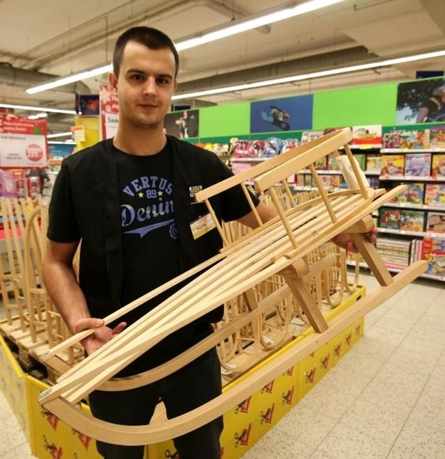 Zdaniem handlowców, wraca moda na solidne drewniane sanki z oparciem.