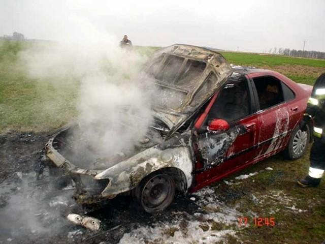 Samochód zaczął się palić od komory silnika