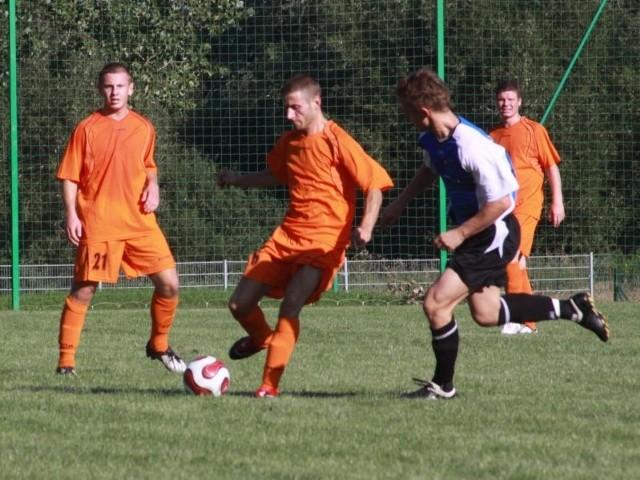 Denis Kumiec (z lewej) wraca do Opola. Liderem ma być wciąż Jordan Krężlewski (przy piłce).