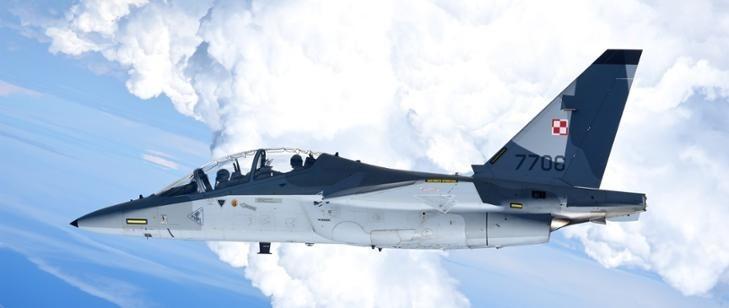 Wojskowy samolot odrzutowy nad Łodzią. Szkolą się wojskowi piloci. M-346 Bielik nowy samolot szkolny Sił Powietrznych nad lotniskiem w Łodzi