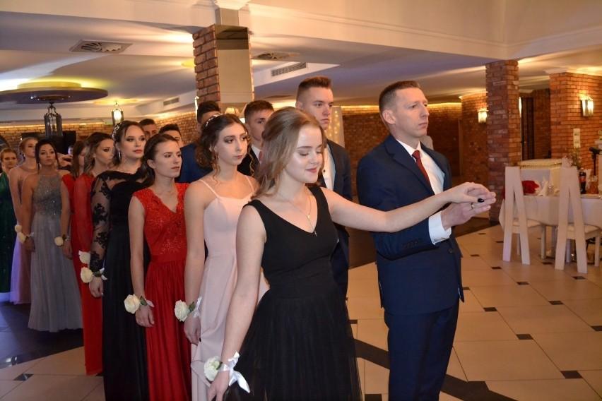Studniówka ZSZiO w Kartuzach - klasy licealne bawiły się w Garczu ZDJĘCIA, WIDEO