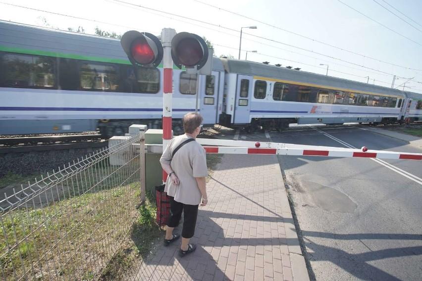 Przejazd zamykany jest średnio co kwadrans, dziennie przez stację Poznań Junikowo przejeżdża 135 pociągów