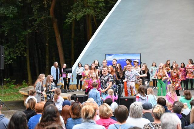 """Musical """"Mamma Mia - Ach te wakacje!"""" przygotowany przez Grupę Teatralną działającą w Domu Kultury w Golubiu-Dobrzyniu został zaprezentowany na muszli koncertowej"""