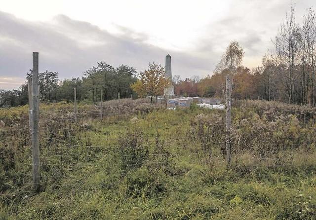 Prywatny właściciel postawił wokół jednej z działek ogrodzenie i obok pomnika chce budować dom