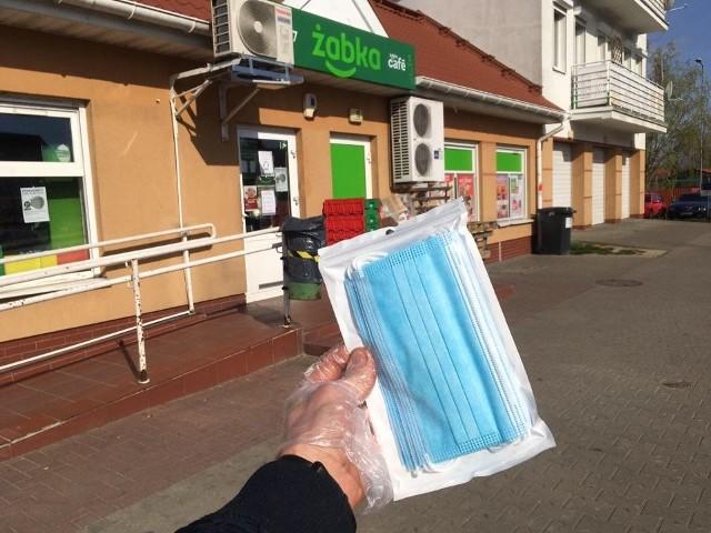 Maseczki ochronne kupisz w Żabce. Są już dostępne w sklepach. Sprzedawane w opakowaniach po 10 sztuk w cenie 16,17 zł za pakiet.