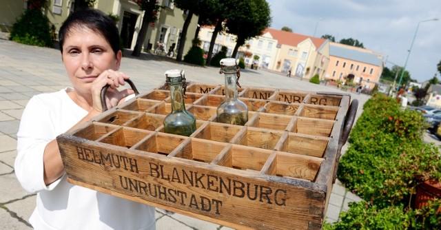 - To oryginalne skrzynka i butelki z wytwórni oranżady - mówi Barbara Pajcz. - Podarował ją nam pan Czesław Wierzbiński z Karszyna