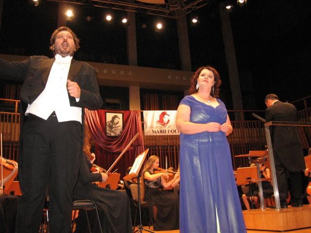 """Na finał Monika Świostek i Rafał Majzner z towarzyszeniem orkiestry wspaniale zaprezentowali słynny duet """"Libiamo ne' lieti calici""""(""""Więc pijmy na chwałę miłości"""") z I aktu opery La Traviata Giuseppe Verdiego."""