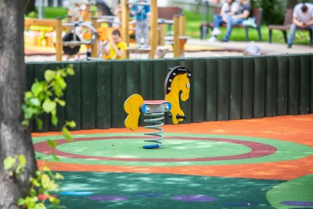 """Plac zabaw """"Szósty zmysł"""" w Bielsku-Białej przy ul. Broniewskiego/Zielonej. Zdjęcie ilustracyjne"""