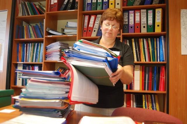 - Podań jest coraz więcej, a czasu na ich rozpatrzenie nie przybywa - mówi Anna Jarosińska, kierownik referatu administracji budowlanej.