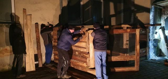 Prace nad żywą szopką rozpoczęły się tydzień temu, bo w Wigilię wszystko musi być gotowe. Będzie można ją odwiedzać od wigilijnego popołudnia (24.12) do święta Trzech Króli, które przypada 6 stycznia.