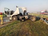 Zderzenie ciężarówek na S7 pod Szydłowcem, dwie osoby są ranne. Rozbite wozy i rozsypany towar blokowały trasę w obu kierunkach