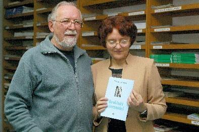 Barbara Zakrzewska z Alfredem Sierzputowskim podczas spotkania w ostrołęckiej bibliotece 14 kwietnia