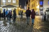 Nocne życie w czerwonej strefie. Poznaniacy korzystają z uroków Starego Rynku, mimo koronawirusa i nowych restrykcji [ZDJĘCIA]