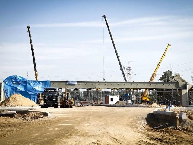 Widać już zarysy wiaduktu w rejonie ulicy Piasta. W październiku ma być gotowy. Wtedy też zostanie przywrócony ruch pociągów towarowych w kierunku Zubek Białostockich