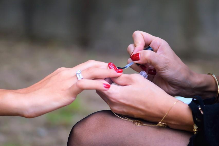 Wykonywanie manicure i pedicure lub innych zabiegów w...