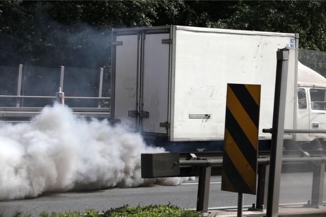 """Zdaniem NIK brakuje """"kluczowych rozwiązań prawnych, które umożliwiłyby ograniczanie użytkowania najbardziej szkodliwych dla środowiska samochodów""""."""