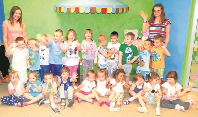 """Jesteśmy najsympatyczniejsi!!!! - grupa Krasnoludki fetuje swoją wygraną w plebiscycie Przedszkolaki 2015/2016 """"Echa Dnia""""."""
