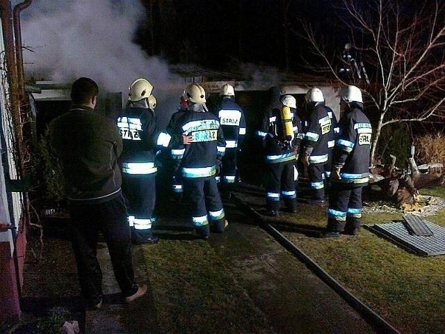 Na miejscu pożaru były trzy zastępy strażaków.
