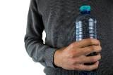 Samochód latem. Nie zostawiaj butelki z wodą wewnątrz auta. Dlaczego?