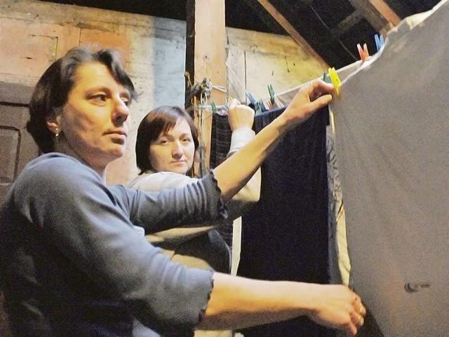 Panie Dorota Janociak i Jolanta Bączkiewicz korzystają ze wspólnego strychu, gdzie wieszają pranie. Ale jak znowu nasypie tutaj śniegu, to tworzą się od razu problemy w mieszkaniach poniżej.