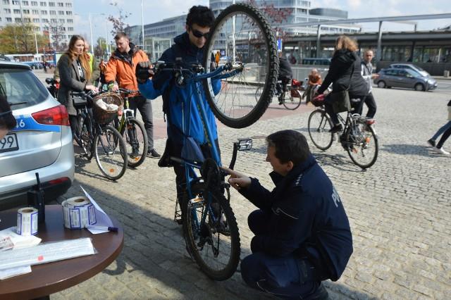 Znakowanie rowerów pod Pasażem Grunwaldzkim, 29.04.2017