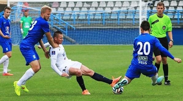 Marcin Robak (w środku) mógł strzelić bramkę w pierwszej połowie.