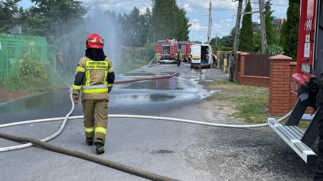 Do poważnego wycieku gazu doszło przy ulicy Metalowej w Szydłowcu. miejsce zdarzenia zabezpieczali strażacy, rozstawili między innymi tak zwane kurtyny wodne.