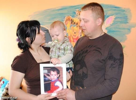 Filipek z rodzicami: Katarzyną i Karolem.