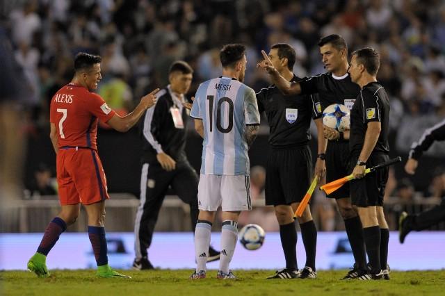 Lionel Messi obrażał asystenta sędziego Sandro Ricciego z Brazylii