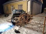 Baranów Sandomierski. Renault uderzyło w ogrodzenie, pijani kierowca i pasażer uciekli. Który z nich kierował?